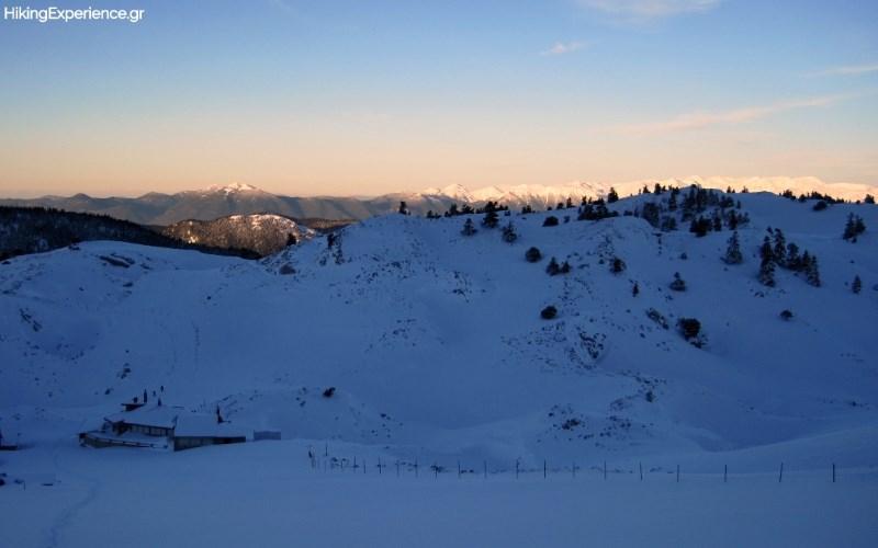 Ανάβαση παράλληλα με τα lifts του χιονοδρομικού. Πίσω μας σκάει μύτη η κορυφογραμμή της Γκιώνας