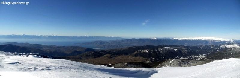 Οι ψηλές κορυφές της βόρειας Πελοποννήσου (Ζήριες, Χελμός, Ερύμανθος) και η χιονισμένη κορυφογραμμή της Γκιώνας