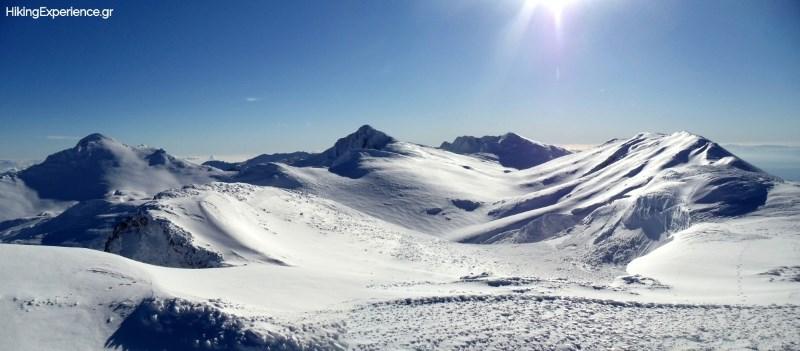 Από αριστερά προς τα δεξιά Λιάκουρα (2456μ), Κοτρώνι (2431μ), Τσάρκος (2416μ) και η δεύτερη κορυφή του Γεροντόβραχου (2396μ)