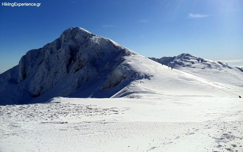 Το Κοτρώνι (2431μ) και πιο πίσω η Τσαρκόραχη και ο Τσάρκος (2416μ)